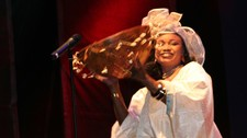 Oumou Sangar p en scene i Portugal i 2007. (Foto: Bunks / Wikimedia Commons)