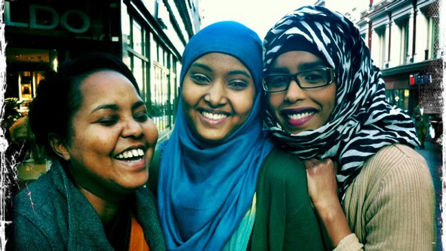 Nada Mohamed, Sundus Osman og Huda Adan. (Foto: Else Karine Archer/NRK)