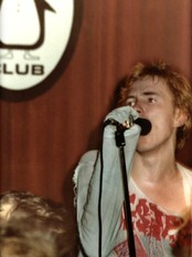 Johnny Rotten i spissen for Sex Pistols spilte p Pingvin Club i Oslo i 1977 (Foto: K&U/K&U)
