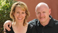Gabrielle Giffords og Mark Kelly (Reuters)