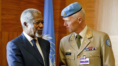 Kofi Annan med Robert Mood (Foto: FABRICE COFFRINI/Afp)