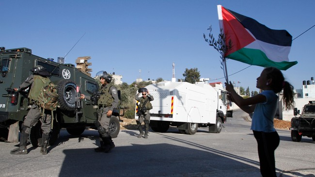 Palestinsk jente holder opp flagg (Foto: MOHAMAD TOROKMAN/Reuters)