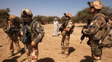 MALI-REBELS/ French soldiers stand guard next to a local resident outside Gao (Foto: STRINGER/Reuters)