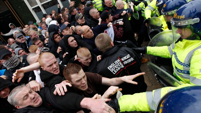 Demonstranter fra EDL stter sammen med politiet (Foto: DARREN STAPLES/Reuters)