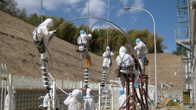 TEPCO-ansatte jobber med  koble til strmmen p Fukushima-anlegget (Ap)