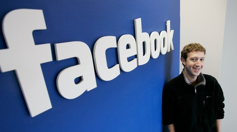Mark Zuckerberg med Facebooklogo (Foto: Paul Sakuma/AP)
