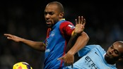 SOCCER-ENGLAND/ Manchester City's Fernandinho is challenged by Crystal Palace's Gabbidon during their English Premier League soccer match in Manchester