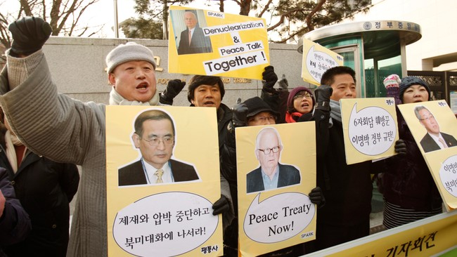 Demonstrantar krev fred på Koreahalvøya (Foto: TRUTH LEEM/Reuters)