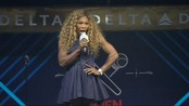 Serena Williams synger karaoke - Se Serena Williams synge karaoke på et promoteringsarrangement.