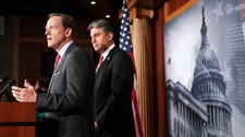 Senator Pat Toomey (R-PA) (t.v.) and Sen. Joe Manchin (D-WV) (Foto: Allison Shelley/Afp)
