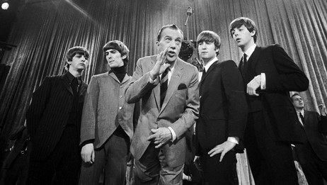 Ed Sullivan og The Beatles øver før The Beatles første opptreden i USA. (AP)