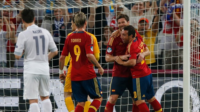 SOCCER-EURO/ Spain&#39;s Alonso celebrates with his team mates Cazorla and Torres after scoring a goal against France during their Euro 2012 quarter-final soccer match at Donbass Arena in Donetsk (Foto: JUAN MEDINA/Reuters)