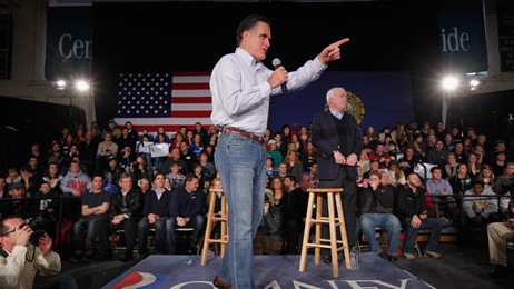 Mitt Rommey og John McCain (Foto: CHIP SOMODEVILLA/Afp)