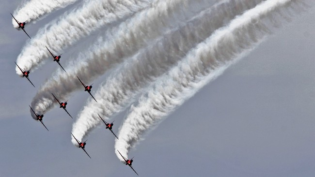 Red Arrows/Royal Air Forces p Kypros (Foto: PETROS KARADJIAS/AP)
