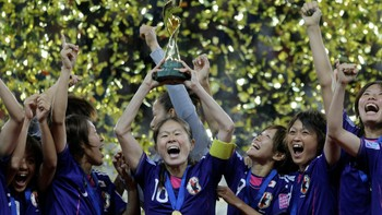 SOCCER-WORLD/ Japan's players celebrate with the trophy after winning their Women's World Cup final soccer match against the U.S. in Frankfurt