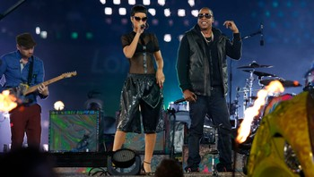 PARALYMPICS/ Singer Rihanna and rapper Jay Z perform in the Olympic Stadium during the closing ceremony of the London 2012 Paralympic Games