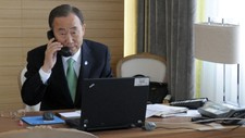 Ban Ki-moon p telefon med libysk statsminister (Foto: EVAN SCHNEIDER/Afp)