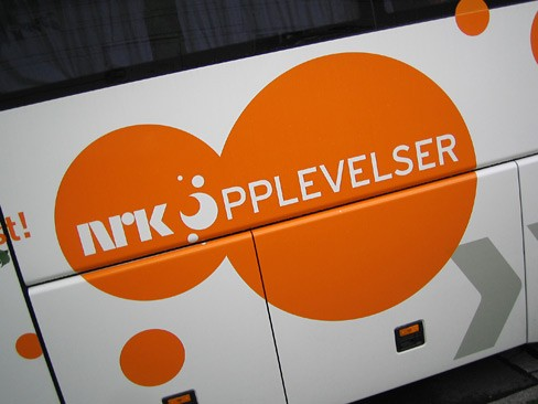 Logo NRK Opplevelser p buss