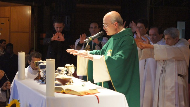 Jose Antonio Fortea under en &#39;Liberation mass&#39; i Colombia (Gammaglimt.no)