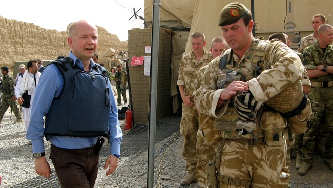 William Hague i Afghanistan (Foto: Abdul Malik Watanyar/Reuters)