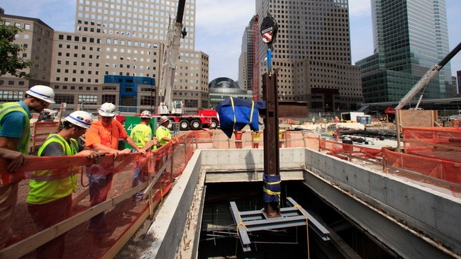 Korset p vei ned i museet p Ground Zero (Foto: POOL/Afp)