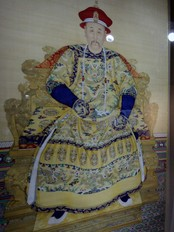 TAIWAN/ A man walks past a portrait of the Yongzheng emperor at the National Palace Museum in Taipei (Foto: PICHI CHUANG/REUTERS)