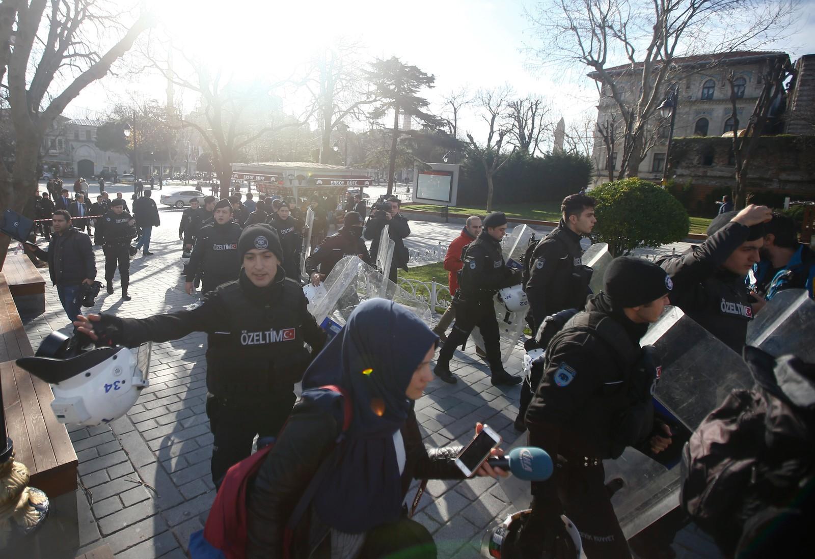 Alle som var i området der eksplosjonen skjedde vart evakuerte, og politiet sette opp sperringar.