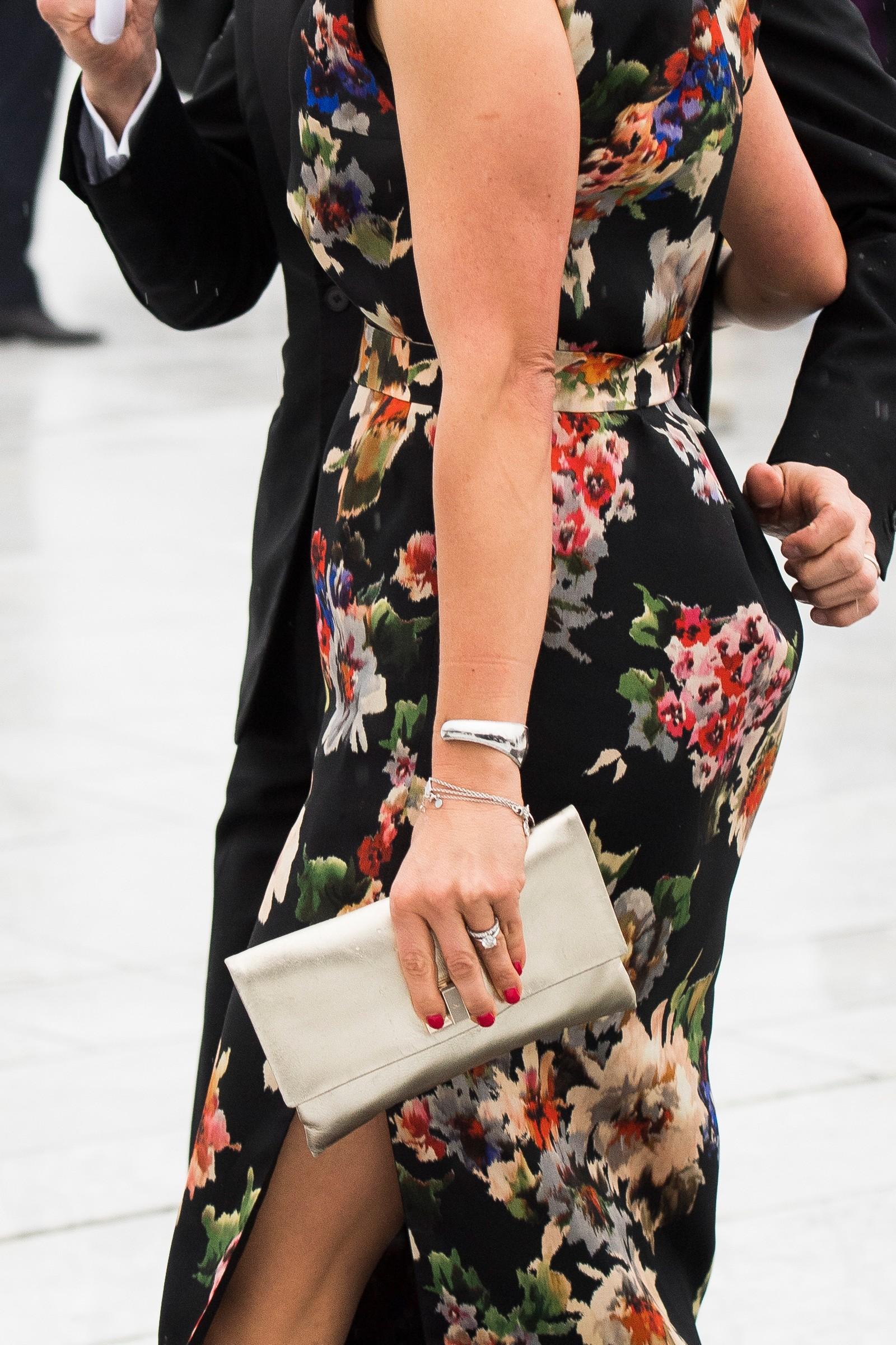Kronprinsesse Victoria hadde kjole med splitt.