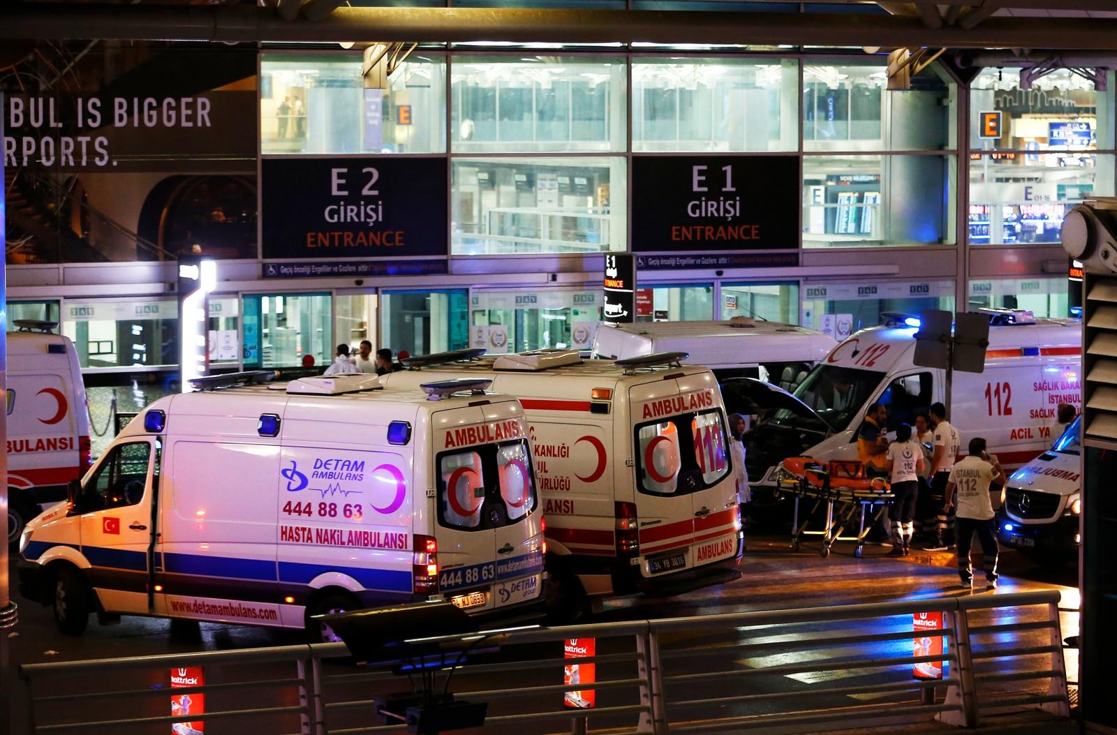 Ambulanser ved inngangen til Istanbul Atatürk flyplass.