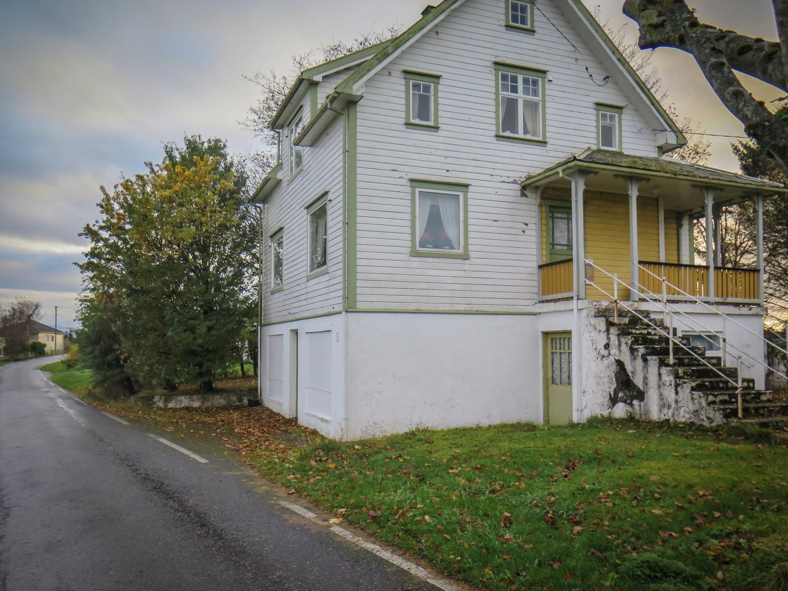 I dette gamle huset drev Ivar Moen butikken sin. Nå er huset solgt, og varene må ryddes ut.