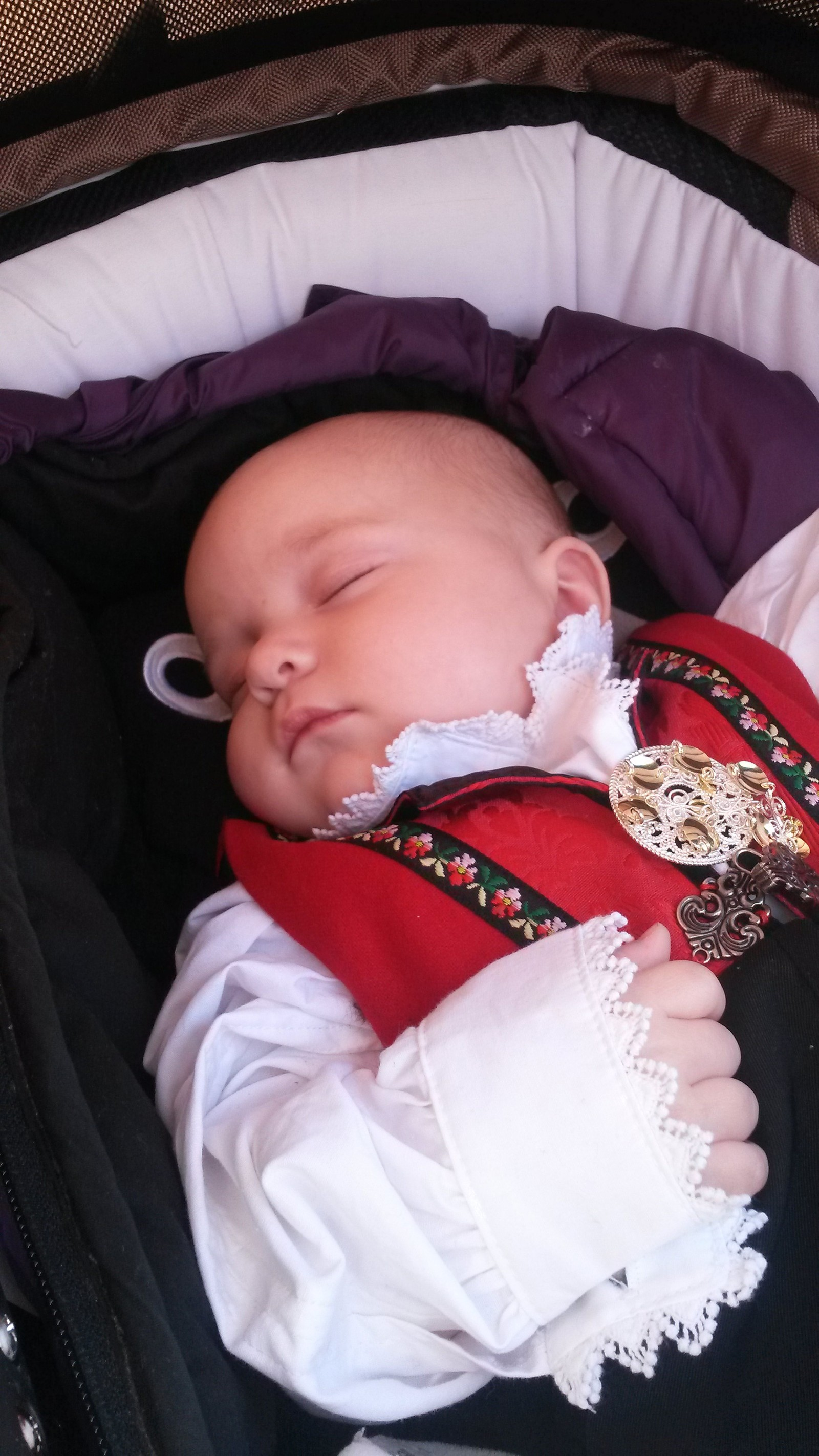 Amalie-Oline feirar si fyrste 17. mai i Undredal.