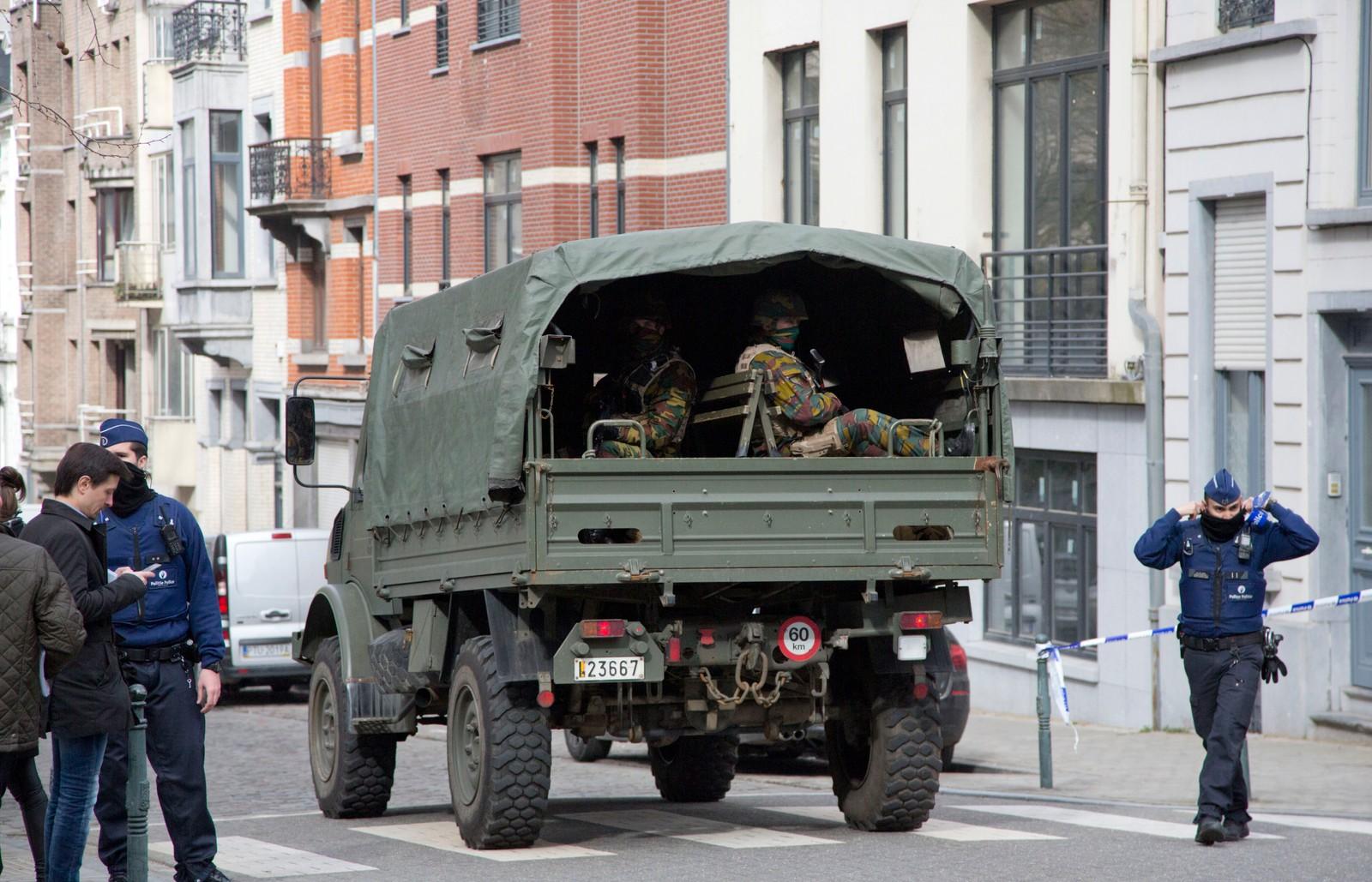 Et militærkjøretøy med belgiske soldater ankommer T-banestasjonen sentralt i Brussel der den andre eksplosjonen fant sted tirsdag morgen. Flere titalls personer skal være drept også her.