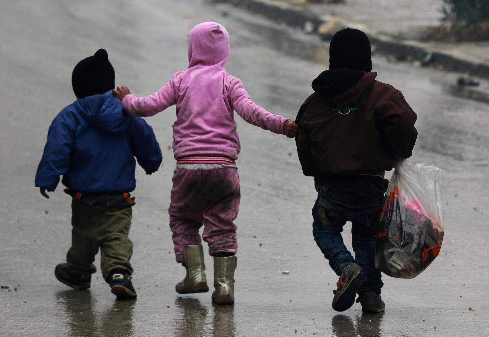 Barn flykter dypere inn i opprørskontrollerte områder av Aleppo 13. desember.