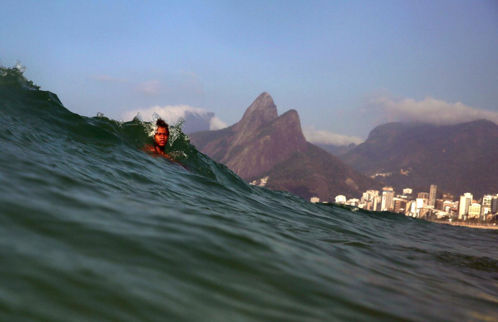 En gutt svømmer ved Ipanaema-stranden i Rio de Janeiro.