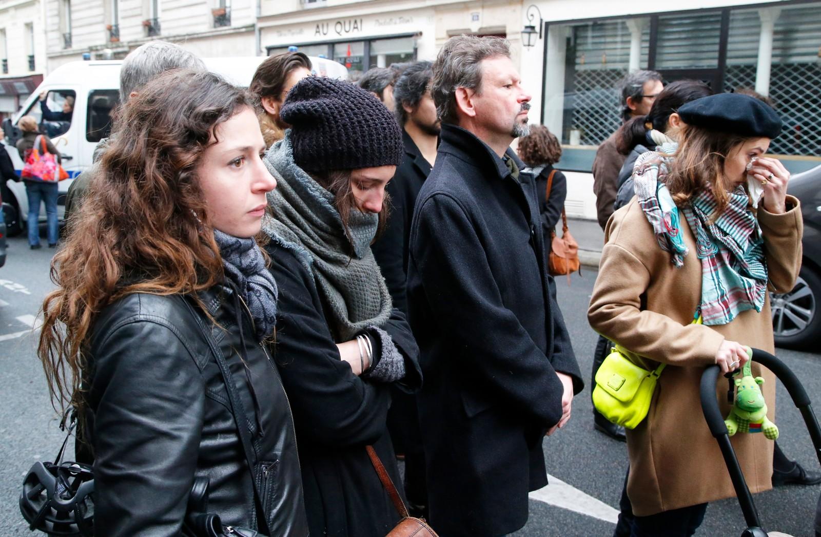 """Ett minutts stillhet utenfor restauranten """"Le Petit Cambodge"""" i Paris."""