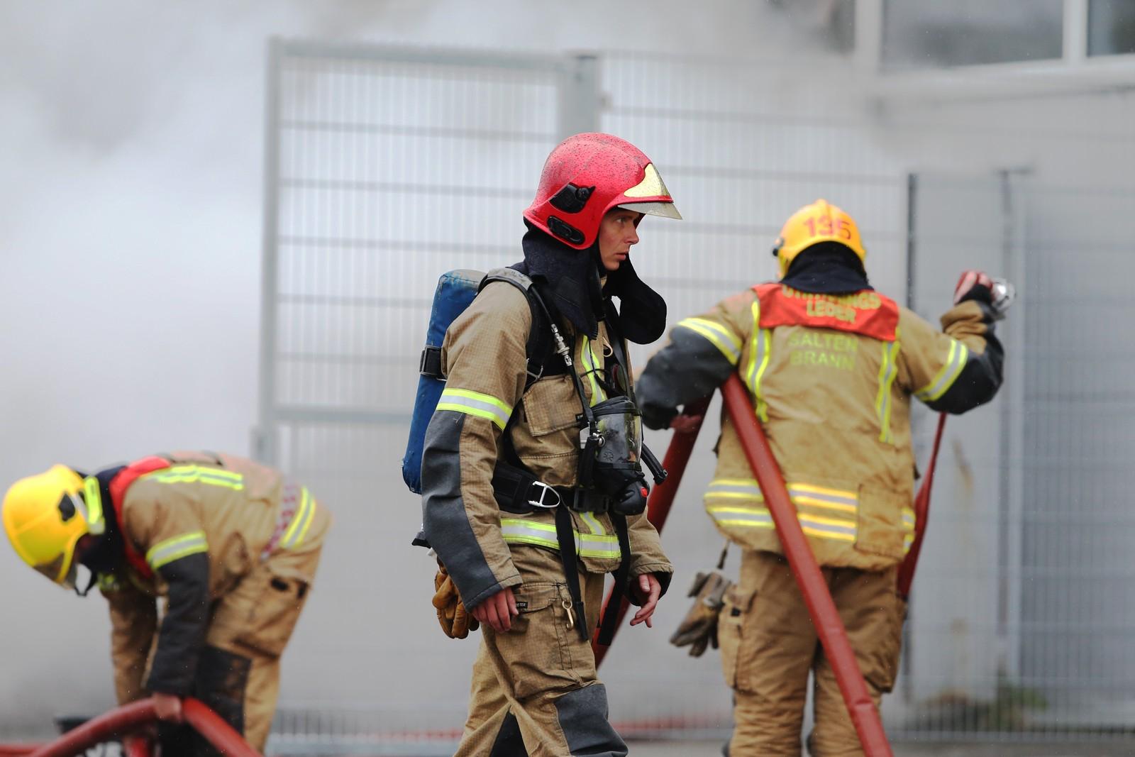 Brannmenn jobber for å slukke brannen i Bodø.