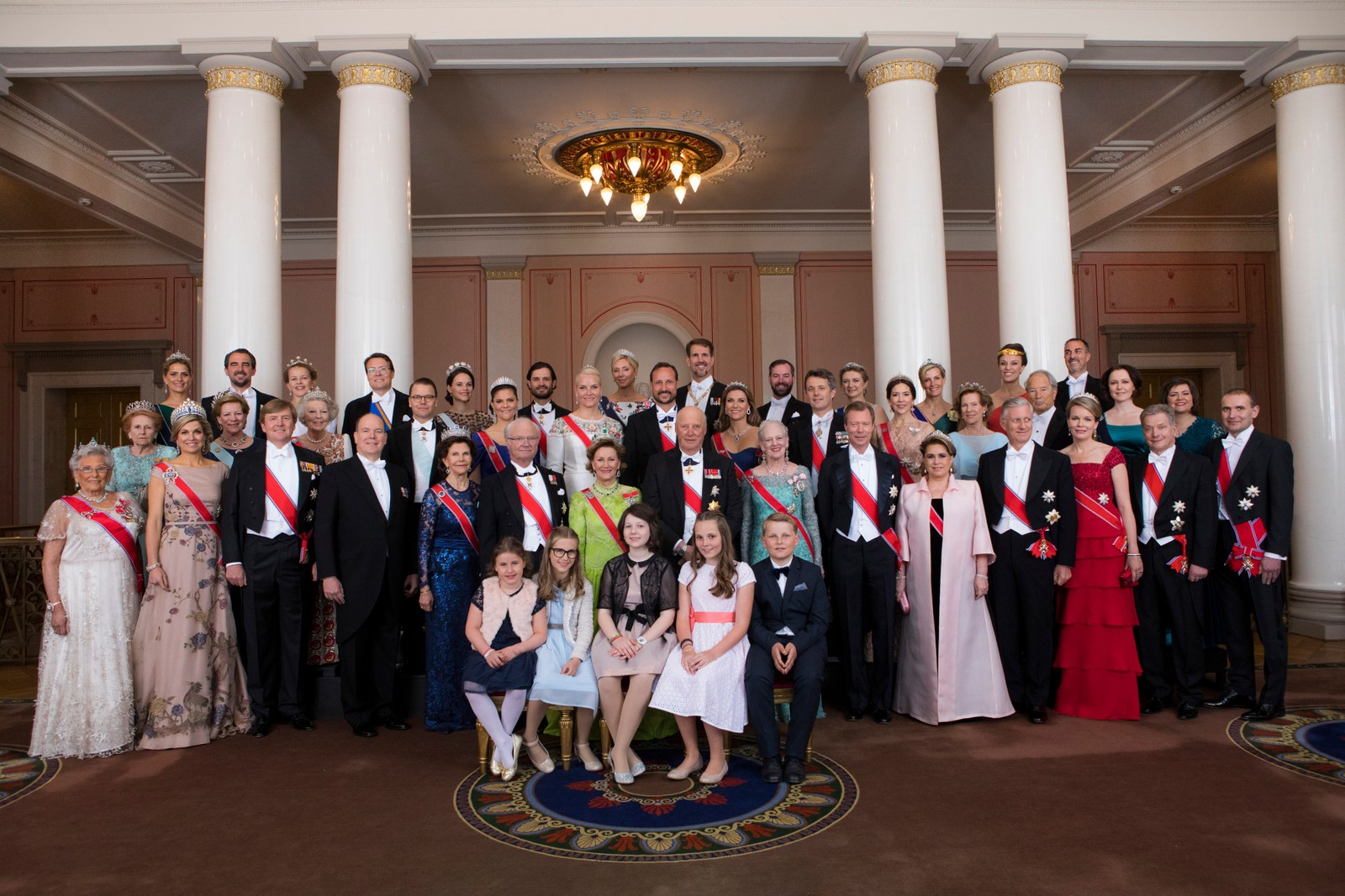 Kong Harald og droning Sonja feirer sine 80- Ârsdager. Fotografering pdet kongelige slott i Oslo Rad 4 bak f.v. H.K.H. Prinsesse Tatiana, H.K.H. Prins Nikolaos, H.K.H. Prinsesse Mabel, H.K.H. Prins Constantijn, H.K.H. Prins Constantijn, H.K.H. Prins Carl Philip, H.K.H. Kronprinsesse Marie Chanta, H.K.H. Kronprins Pavlos, H.K.H. Arvestorhertug Guillaume, H.K.H. Arvestorhertug-inne StÈphanie, H.K.H. Grevinne Sophie, Desiree Kogevinas, Carlos Euguster. Rad 3 f.v. Lady Elizabeth Shakerly, H.M. Dronning Anne Marie, H.K.H. Prinsesse Beatrix, H.K.H. Prins Daniel, H.K.H. Kronprinsesse Victoria, H.K.H. Kronprinsessen, H.K.H. Kronprinsen, Prinsesse M‰rtha Louise, H.K.H. Kronprins Frederik, H.K.H. Kronprinsesse Mary, Madeleiene Bernadotte Kogevinas, Bernhard Mach, Jenni Haukio . Rad 2 f.v.  Prinsesse Astrid, fru Ferner, H.M. Dronning Maxima, H.M. Kong Willem Alexander, H.F.H. Fyrstinne Charlene, H.F.H. Fyrst Albert, H.M. Dronning Silvia, H.M. Kong Carl Gustaf, H.M. Dronningen, H.M. Kongen, H.M. Dronning Margrethe, H.K.H. Storhertug Henri, H.K.H. Storhertuginne Maria Teresa, H.M. Kong Phillippe, H.M. Dronning Mathilde, H.E. Finlands President, H.E. Islands President. Rad 1 f.v. Emma Tallulah Behn, Leah Isadora Behn, Maud Angelica Behn, H.K.H. Prinsesse Ingrid Alexandra, Prins Sverre Magnus. Kong Harald og droning Sonja feirer sine 80- Ârsdager. Fotografering pdet kongelige slott i Oslo Rad 4 bak f.v. H.K.H. Prinsesse Tatiana, H.K.H. Prins Nikolaos, H.K.H. Prinsesse Mabel, H.K.H. Prins Constantijn, H.K.H. Prins Constantijn, H.K.H. Prins Carl Philip, H.K.H. Kronprinsesse Marie Chanta, H.K.H. Kronprins Pavlos, H.K.H. Arvestorhertug Guillaume, H.K.H. Arvestorhertug-inne StÈphanie, H.K.H. Grevinne Sophie, Desiree Kogevinas, Carlos Euguster. Rad 3 f.v. Lady Elizabeth Shakerly, H.M. Dronning Anne Marie, H.K.H. Prinsesse Beatrix, H.K.H. Prins Daniel, H.K.H. Kronprinsesse Victoria, H.K.H. Kronprinsessen, H.K.H. Kronprinsen, Prinsesse M‰rtha Louise, H.K.H. Kronprins Frederik, H.K.H. Kron