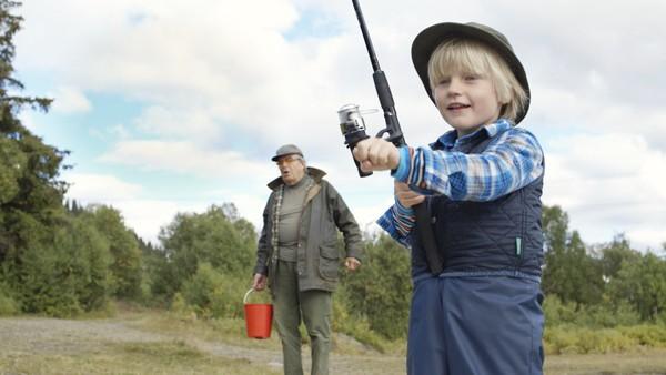 Theodor og oldefar drar på fisketur