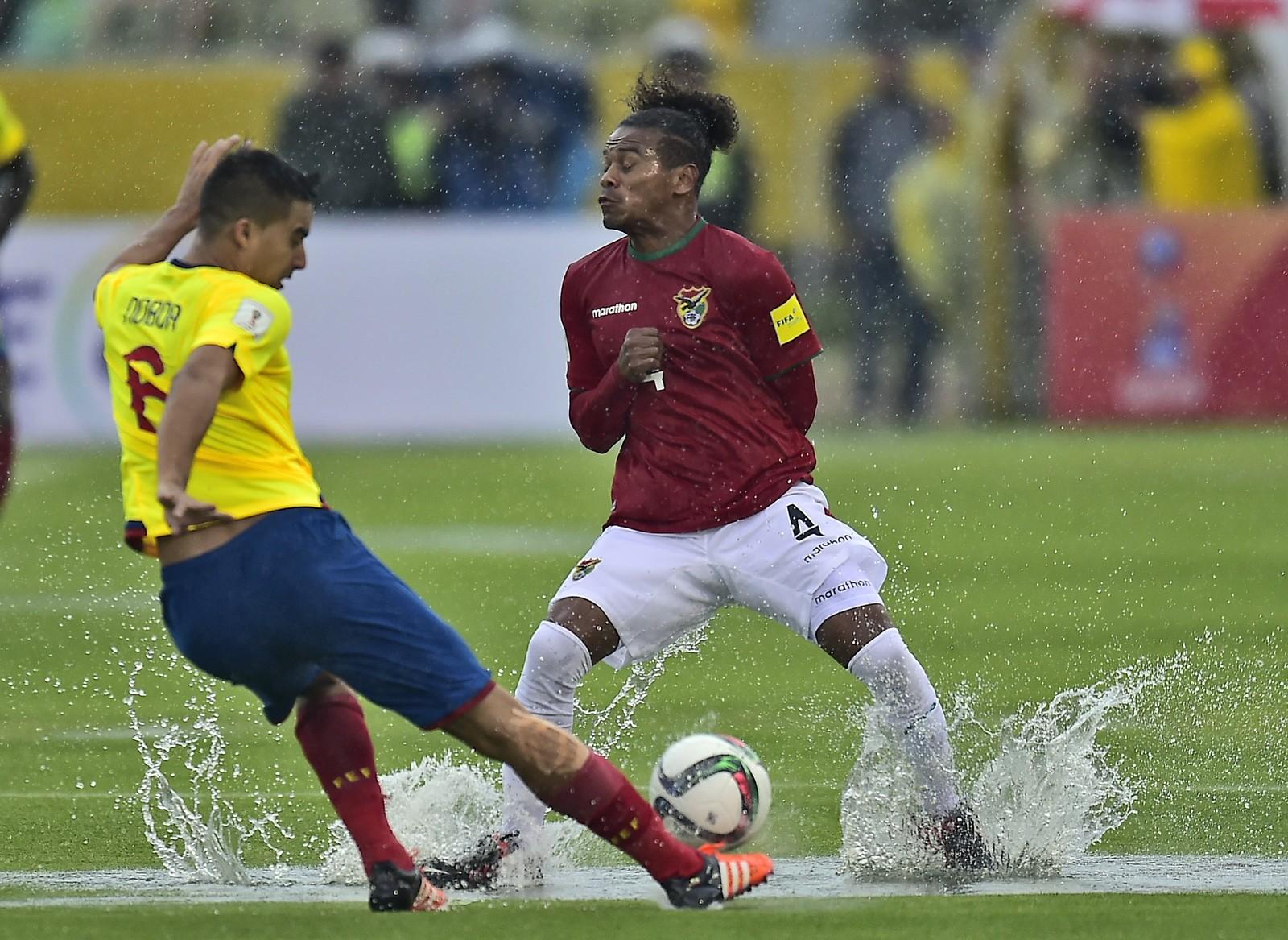 Ecuadors Christian Noboa sparker ballen mellom beina til Bolivias Alejandro Leonel Morales under en over snittet våt fotballkamp på Estadio Olimpico Atahualpa i Quito. Kampen var en del av Sør-Amerikas kvalifiseringsspill til VM i Russland 2018. Ecuador vant 2-0.