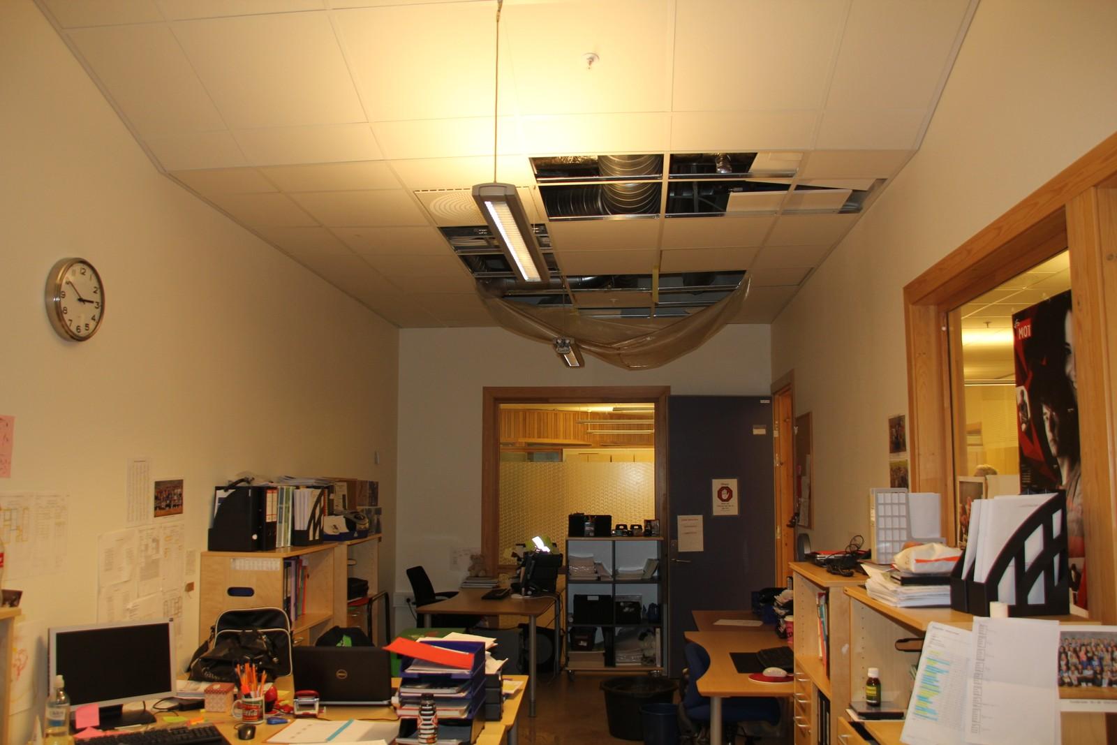 Her lekker det inn på et kontor.