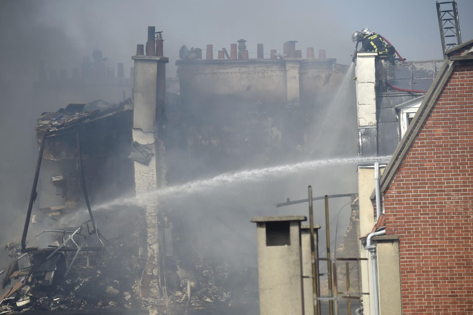Brannvesenet forsøker å slukke brannen etter gasseksplosjonen.