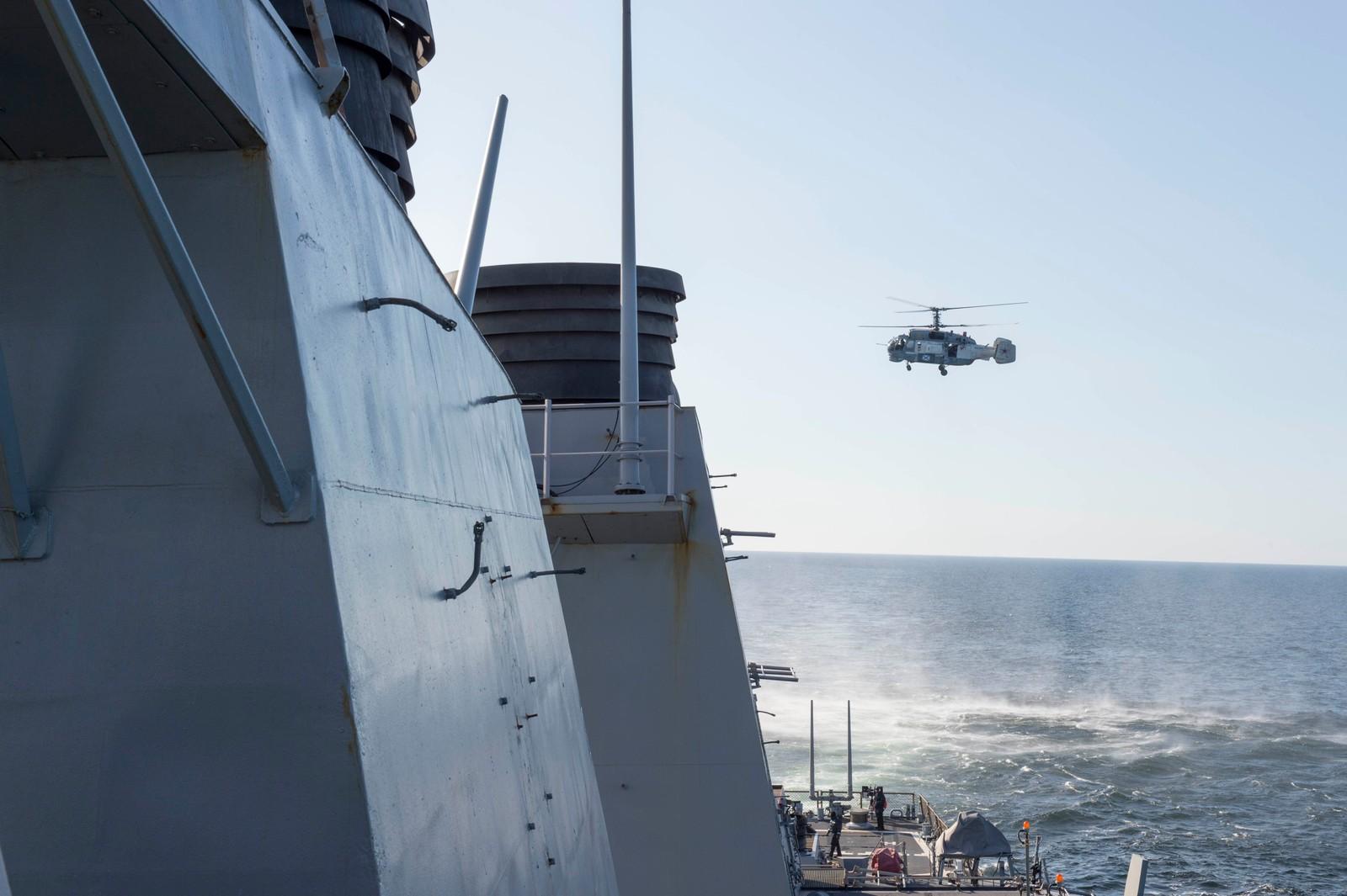 Et russisk helikopter tok også flere bilder av det amerikanske skipet.