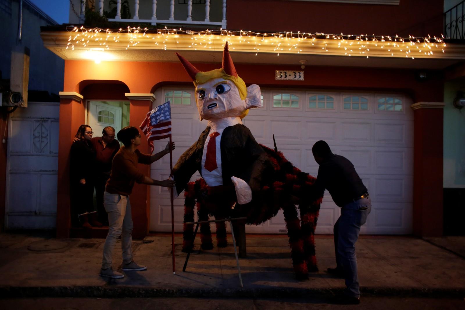 En piñata som skal forestille Donald Trump klargjøres i anledning La Quema del Diablo i Guatemala. Den årlige seansen handler om å brenne djevler på bålet.