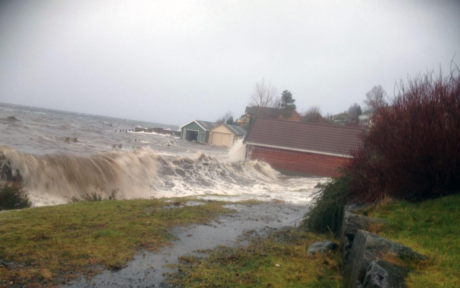 Her slår ekstremvær-bølgene inn over flere nøst og et kaianlegg i Rosendal. Bølgene har gjort store skader på kaien og revet vekk grunnen langs strandsonen.