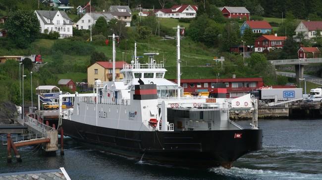 Bilferja Gulen legg til kai i Lavik. Foto: Ottar Starheim, NRK.