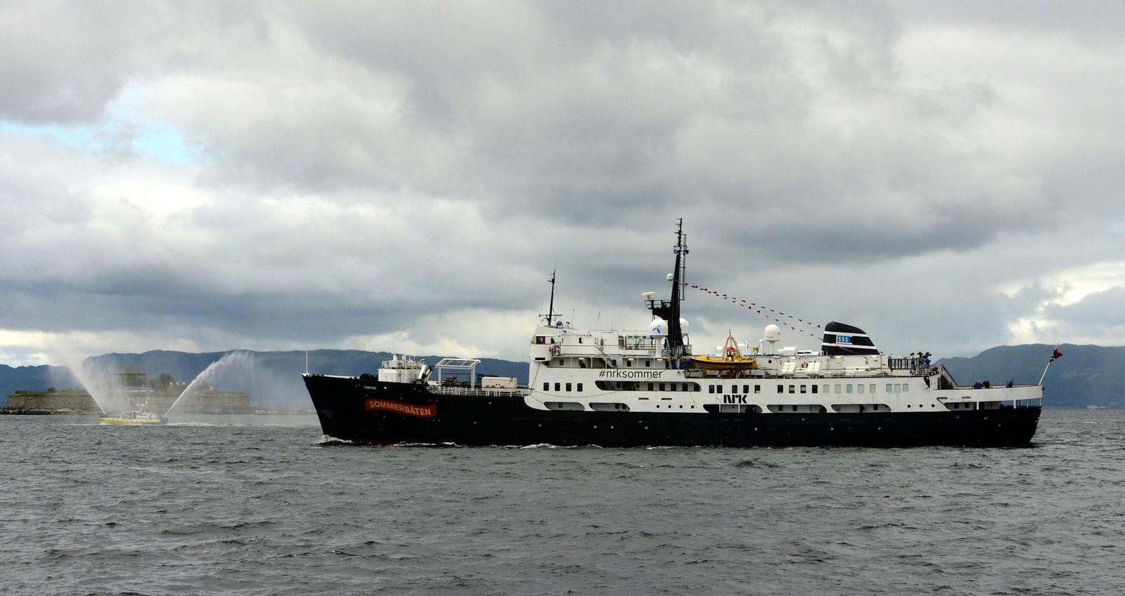 NRKs sommerbåt MS Sjøkurs passerer Trondheim