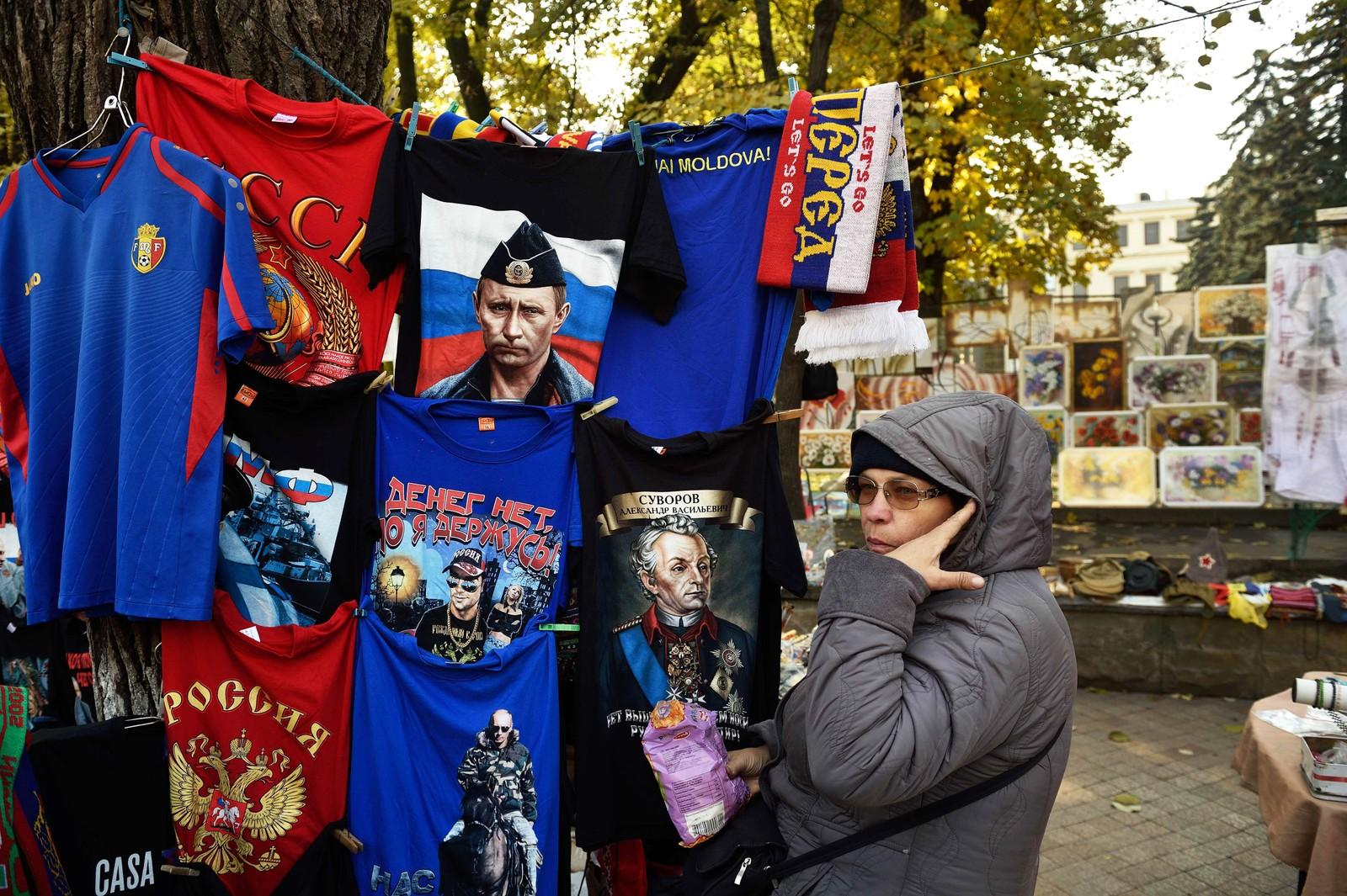En gateselger i Chisinau selger t-skjorter med bilder av Vladimir Putin.