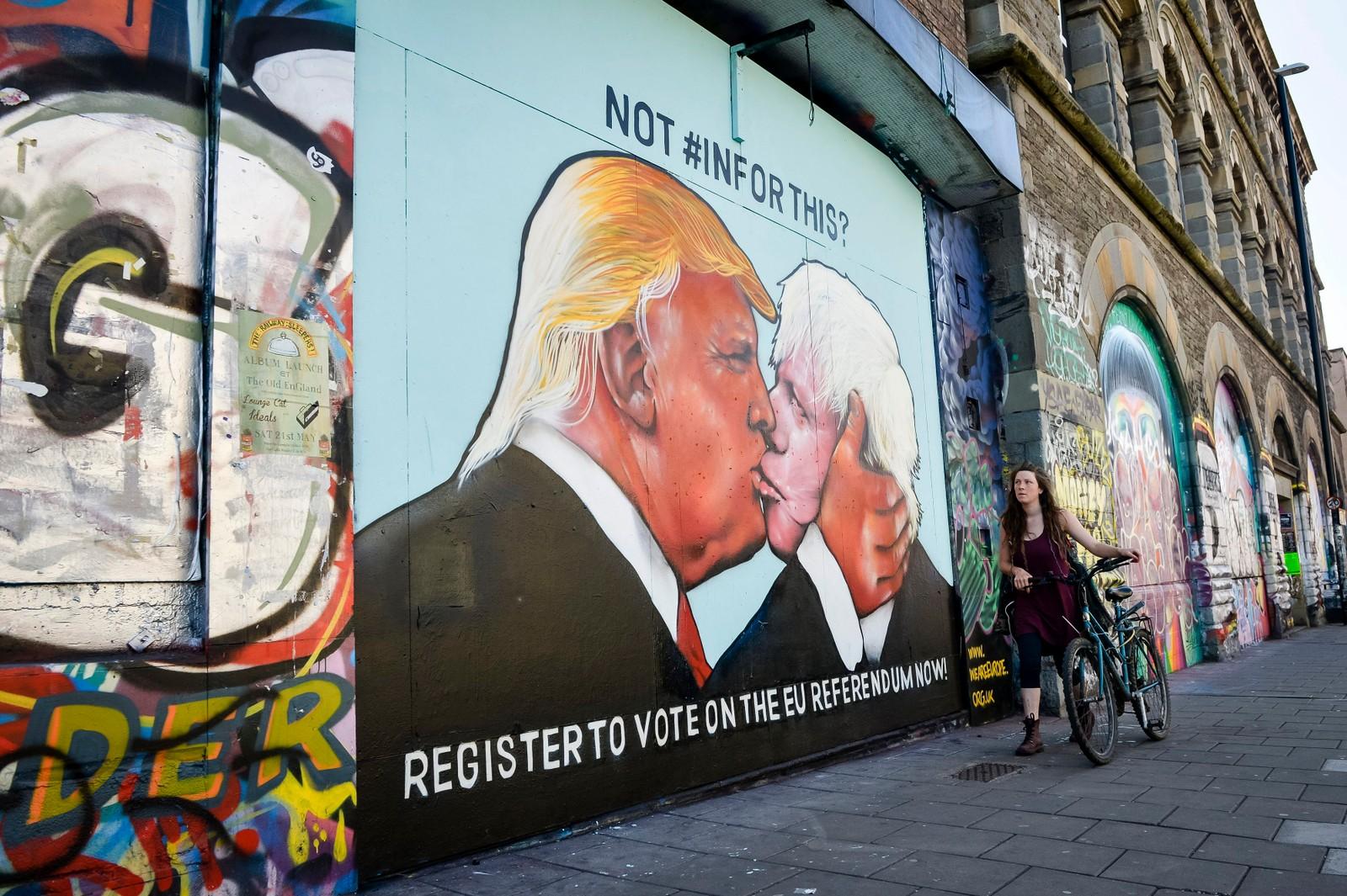 KYSS 2: I den britiske byen Bristol ble folk oppfordret til å stemme gjennom et veggmaleri der Donald Trump kysser Boris Johnson, den nylig utnevnte utenriksministeren i Storbritannia.