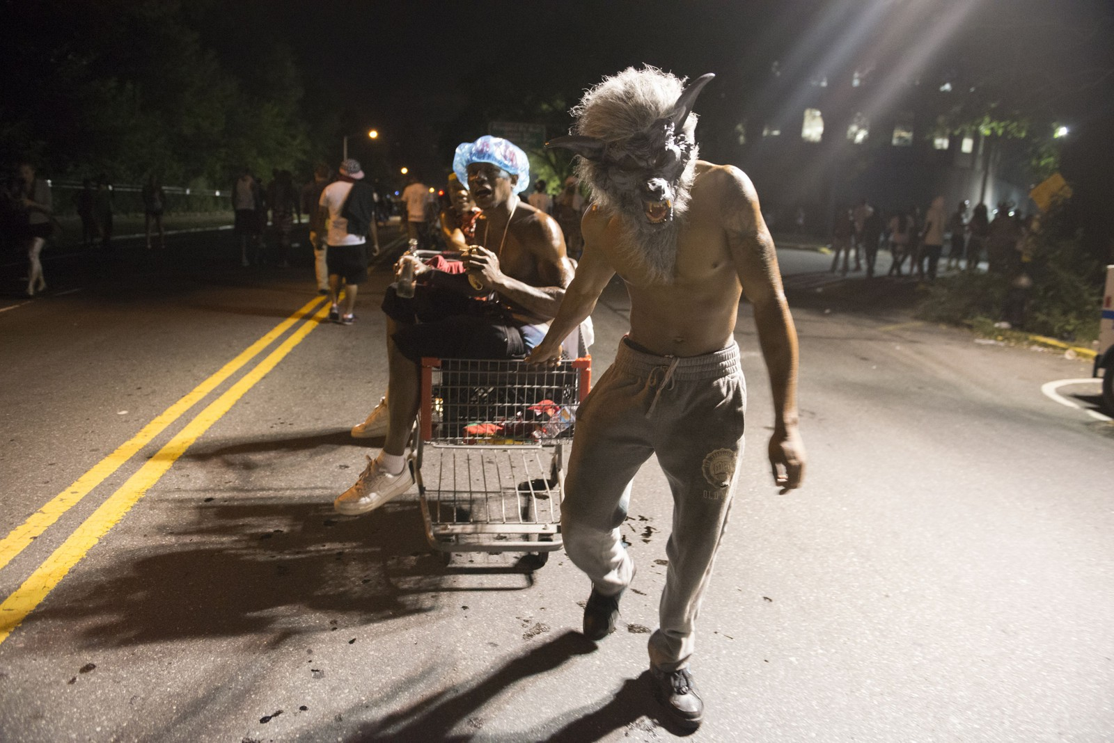 Jouvert kalles den årlige, karibiske gatefesten i Brooklyn, New York, der disse glade deltagerne er på vei.