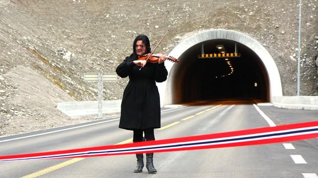 Jølster har ein sterk folkemusikktradisjon. Ei av dei yngre som fører tradisjonen vidare er Synnøve Bjørset, som her spelar ved opninga av Støylsnestunnelen på vegen langs Kjøsnesfjorden. Foto: Brit Jorunn Svanes, NRK.